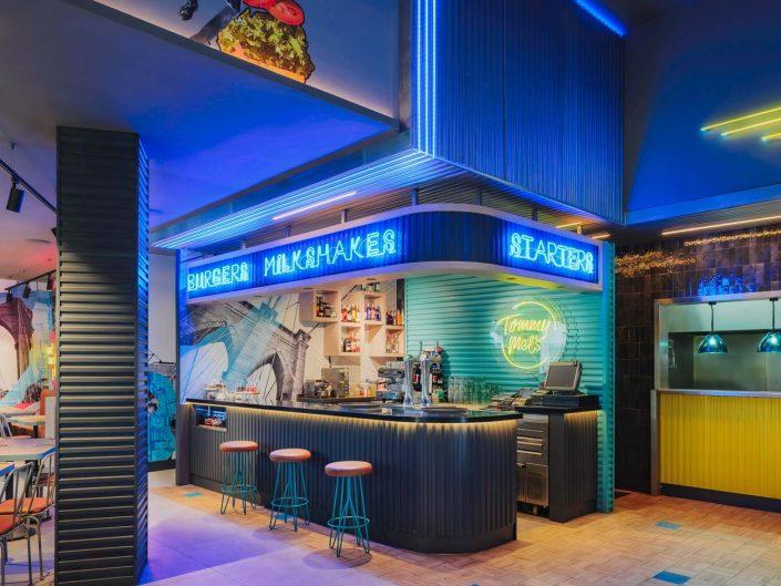 Barra de la franquicia de hamburguesas Tommy Mel's en centro comercial Heron City de Las Rozas