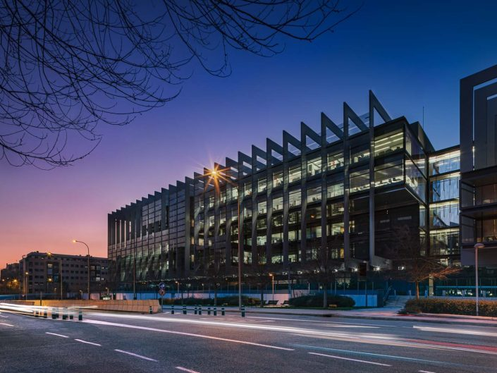 Campus de Repsol en Madrid del arquitecto Rafael de la Hoz al anochecer