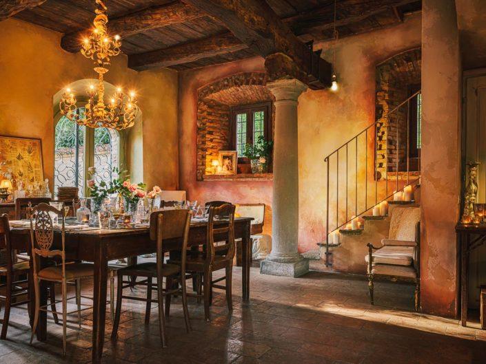Salón decorado para cena íntima en finca Camp di Cent Pertigh en Italia