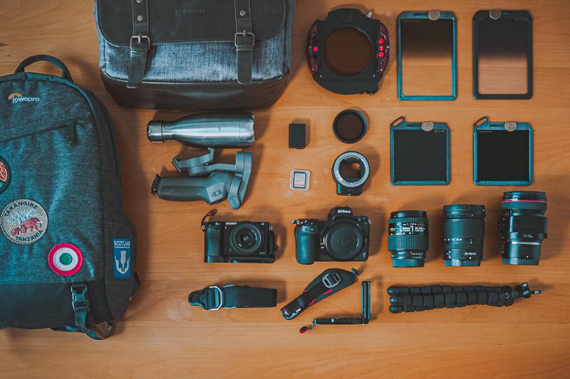 Todo el material fotográfico que guarda el fotógrafo Carlos Martínez dentro de su mochila. Cámaras Nikon y Sony, objetivo descentrable, filtros polarizador y de densidad neutra.